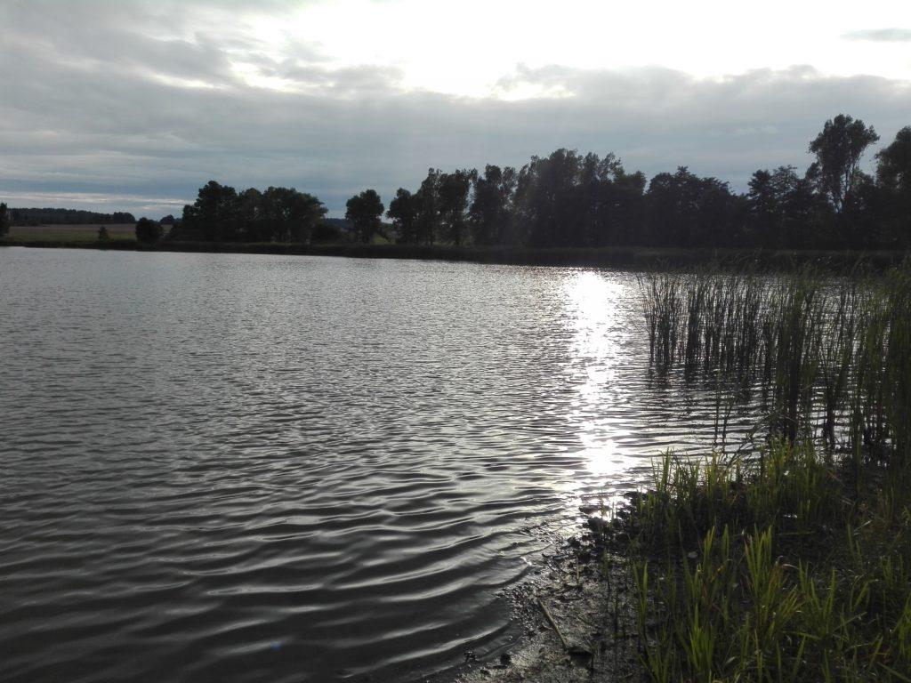 Zielankunft am See bei Sonnenuntergang