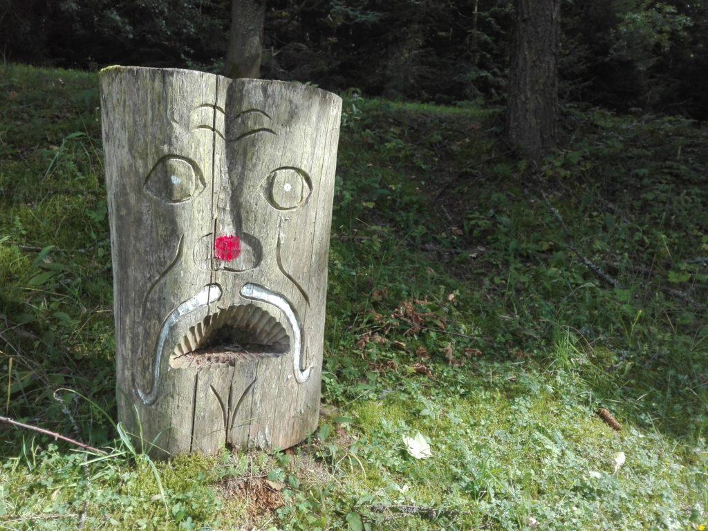 Grenzpfosten mit Gesicht an der Grenze Tschechien - Slowakei
