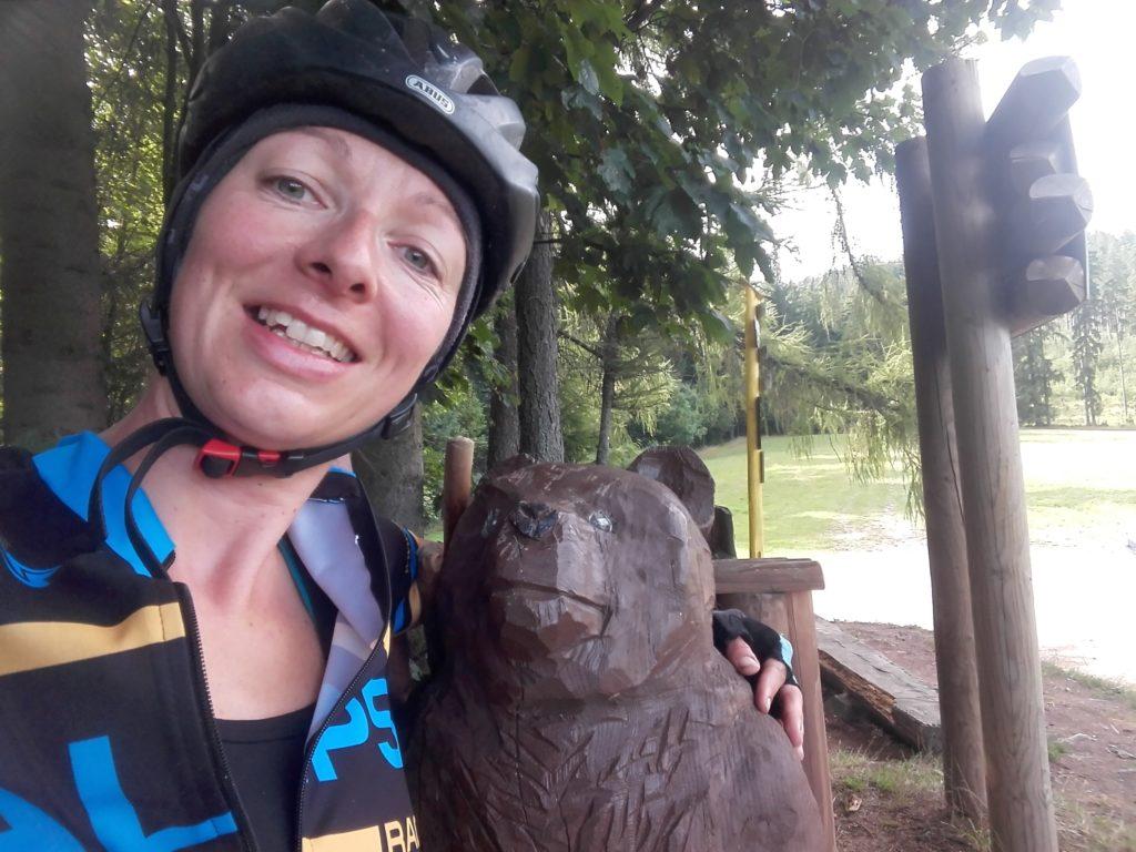 Freundliche Begrüßung eines aus Holz geschnitzten Bäres an der Grenze zur Slowakei auf der Radtour nach Polen