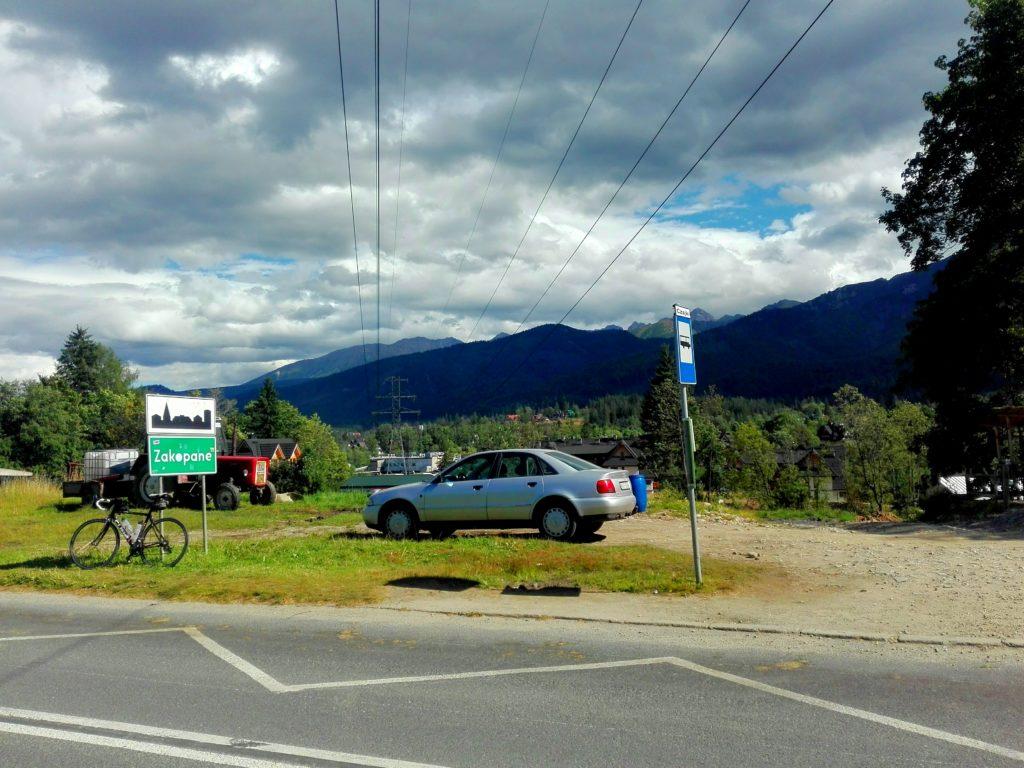 Ortseingangsschild Zakopane am Fuße der Hohen Tatra im Hintergrund während der Radreise nach Polen