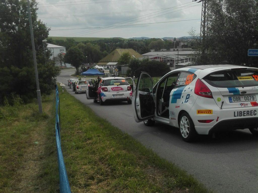 Startende Autos der Rallye von Tschechien