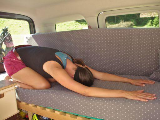 Stretching-Routine beim Vanlife_Dehnung-Lendenwirbelsäule